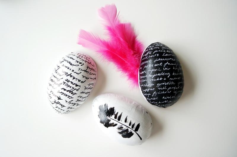 Pyssel med påskägg. Jag målade dem svarta och vita med text och fjädrar.