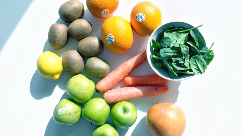 Ska man pressa juice behövs massor med frukt och grönt. Vi valde bland annat äpplen, morötter och apelsiner.